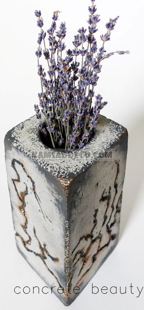 ваза из бетона с цветами