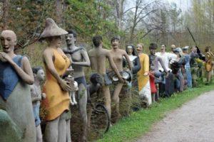 бетонные скульптуры людей