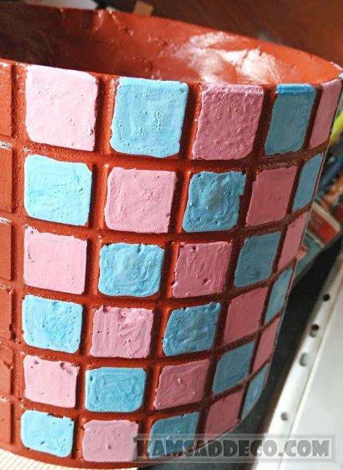 краска-мозаика на горшке из бетона