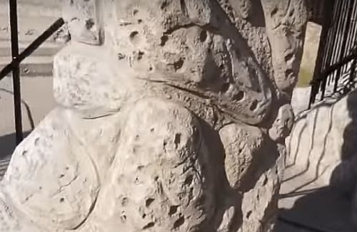 бетонный камень на столбе